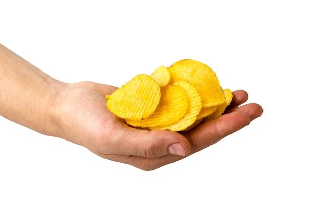 Картофельные чипсы в мужской руке на белом Premium Фотографии