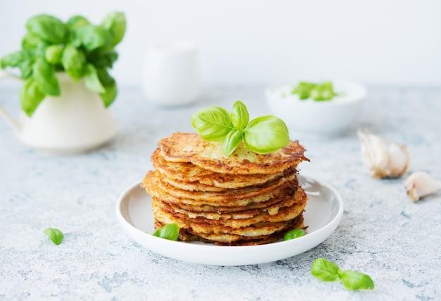Картофельные оладьи со свежей зеленью и сметаной Premium Фотографии