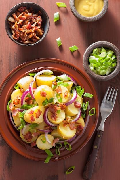 Картофельный салат с беконом, луком и горчицей Premium Фотографии
