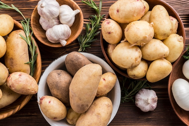 Картофель и чеснок в мисках Бесплатные Фотографии