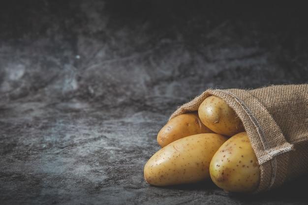 Le patate si riversano dai sacchi Foto Gratuite