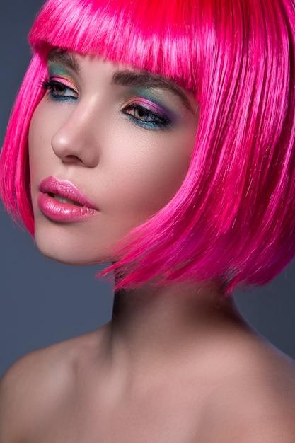 ピンク髪の若い女性のpotrait Premium写真