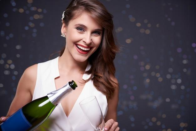 シャンパンを注いで楽しんでください 無料写真