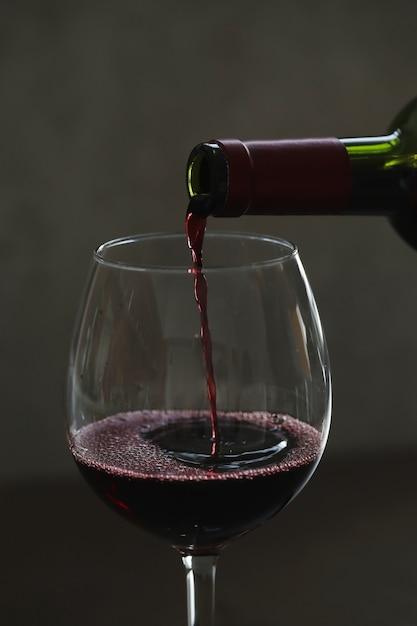 グラスに赤ワインを注ぐ 無料写真