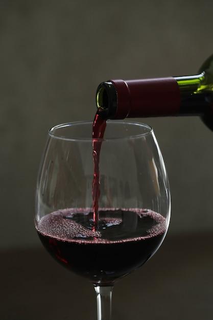 Лить красное вино в бокал Бесплатные Фотографии