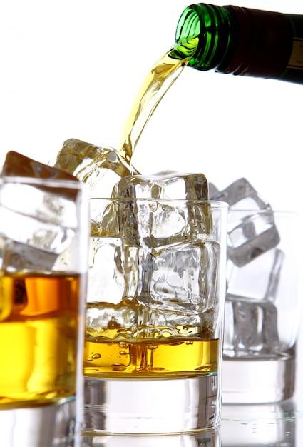 Наливание виски в стакан Бесплатные Фотографии