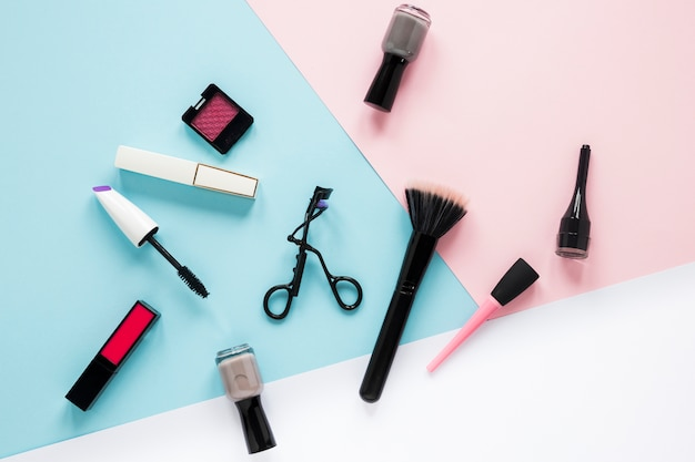 Powder brush with different cosmetics on table Free Photo