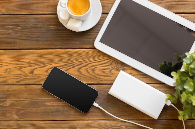Powerbank charging a smartphone Premium Photo