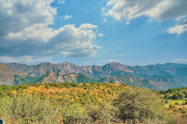 Мощные облака над горами и холмами. с международным днем гор. Premium Фотографии
