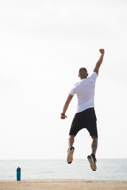 Uomo potente che celebra la sua vittoria Foto Gratuite