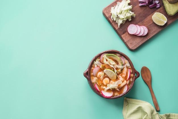Pozole типичная мексиканская еда Premium Фотографии