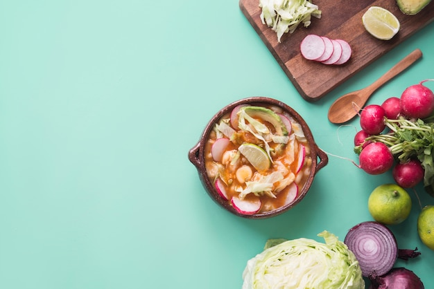 Pozole красный типичная мексиканская еда Premium Фотографии
