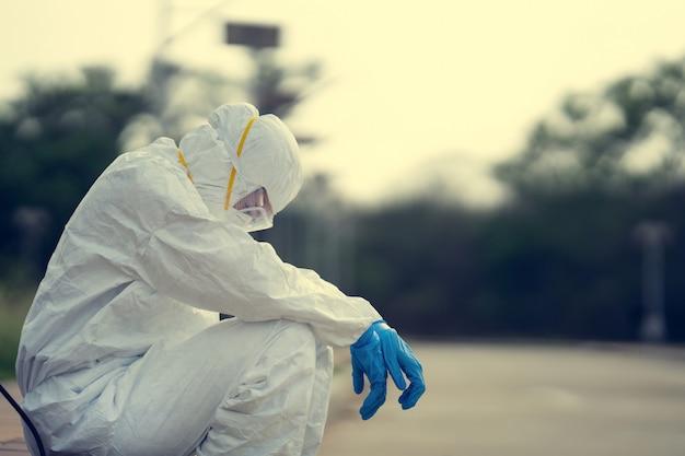Ppeを着用している女性ウイルス学者。彼女は絶望と疲れを感じています。 Premium写真