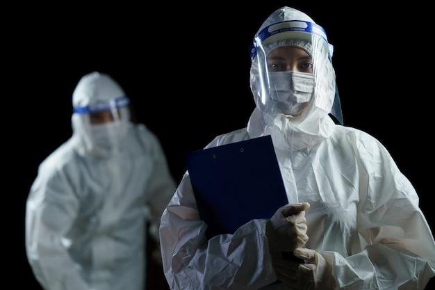 Ppeと顔シールドを身に着けている医師。 Premium写真
