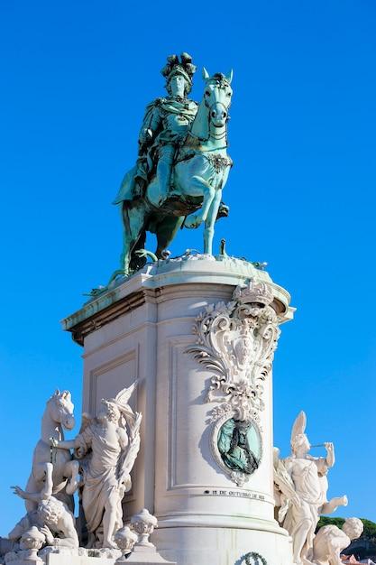 Площадь praca do comercio и статуя короля хосе i в лиссабоне, португалия Бесплатные Фотографии
