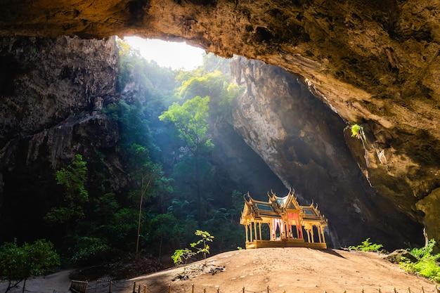 Prachuap khiri khanのカオサムロイヨット国立公園の素晴らしいphraya nakhon洞窟 Premium写真