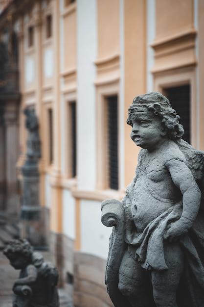 Прага лоретта историческое здание с красивыми скульптурами на улице Premium Фотографии