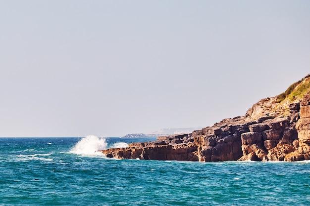 Пляж прайя сан джулиао в португалии Premium Фотографии