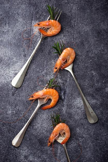 Prawns shrimps on the fork Premium Photo