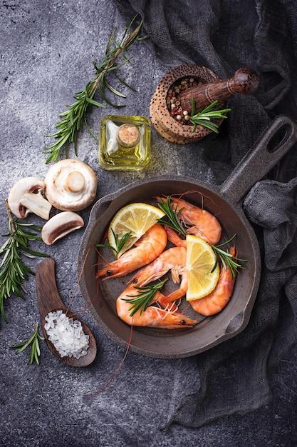 Prawns shrimps in the pan Premium Photo