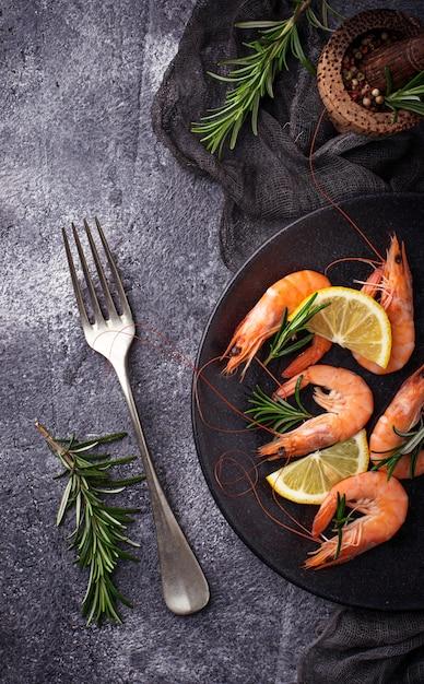 Prawns shrimps with lemon and rosemary. selective focus Premium Photo