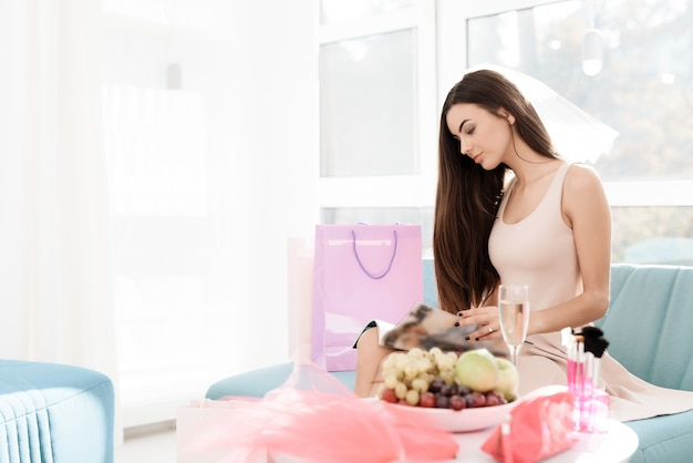 Pre-wedding care. the girl is preparing for a hen-party. Premium Photo