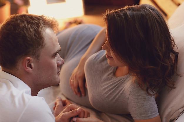 妊娠中のカップル 無料写真