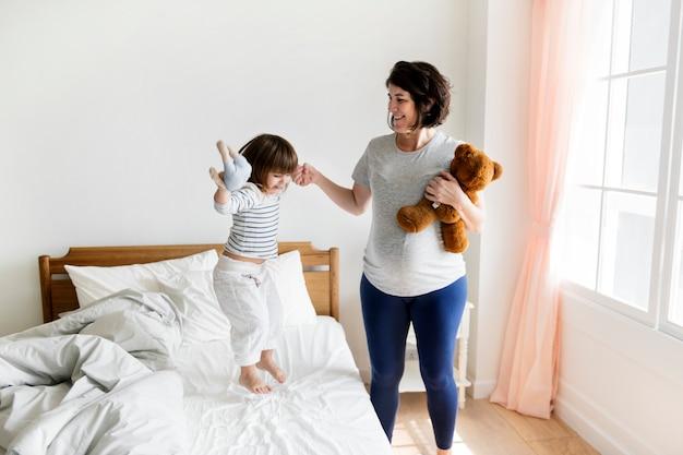 妊娠中のママが彼女の娘と一緒に時間を過ごす Premium写真
