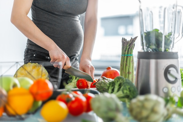 Pregnant woman cooking healthy food Premium Photo