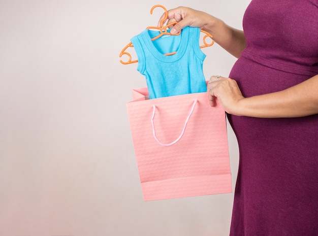 Pregnant woman holding shoping bags in superstore Premium Photo