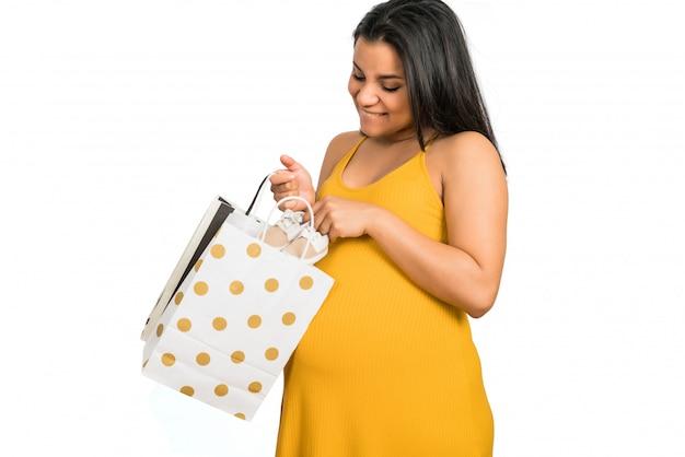 Беременная женщина, открытие подарок для новорожденного. Бесплатные Фотографии