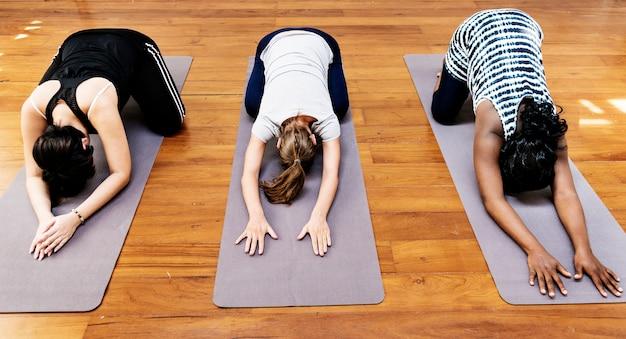Pregnant woman in yoga class Premium Photo