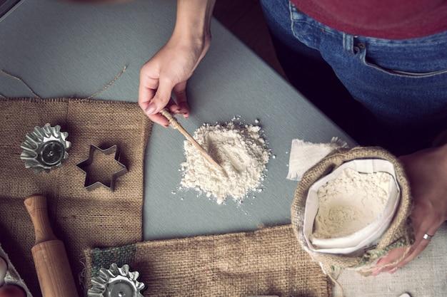 Подготовка к выпечке печенья Premium Фотографии