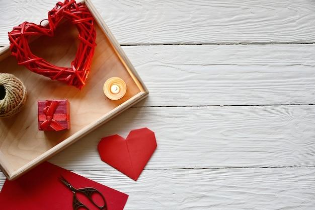 バレンタインデーの準備。手作りのテーマ。聖バレンタインデーのトップビュー。 Premium写真