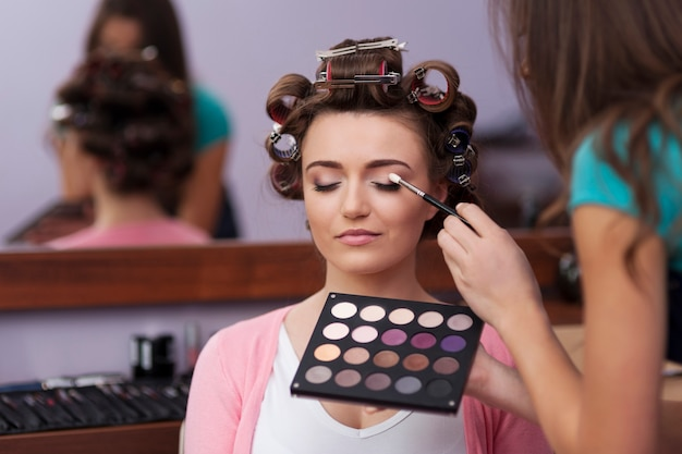 Preparation in hairdresser and makeup artist Free Photo