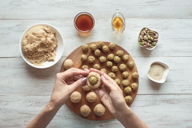 エジプトのクッキー「カフエルイード」の準備-エルフィットイスラムのeast宴のクッキー。ラマダンのお菓子。 Premium写真