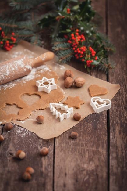 Preparazione dei biscotti alle arachidi di natale Foto Gratuite