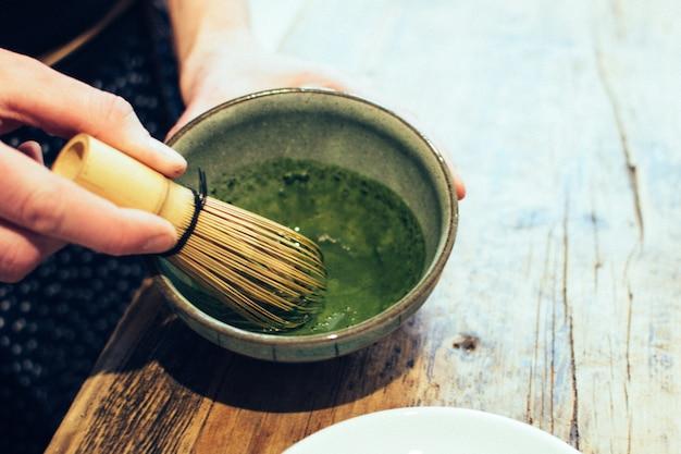Preparazione del tè verde giapponese matcha Foto Gratuite