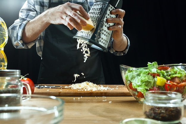 Готовим салат. женский шеф-повар резки свежих овощей. процесс приготовления. выборочный фокус. здоровое питание, кухня, салат, диета, органическая концепция кухни Бесплатные Фотографии