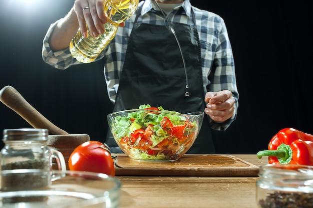 Готовим салат. женский шеф-повар резки свежих овощей. Бесплатные Фотографии
