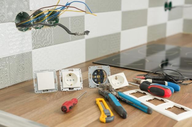Подготовка к установке электрической розетки. Premium Фотографии