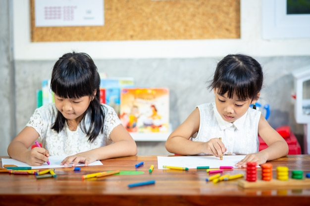 Preschooler child girl drawing and coloring Premium Photo