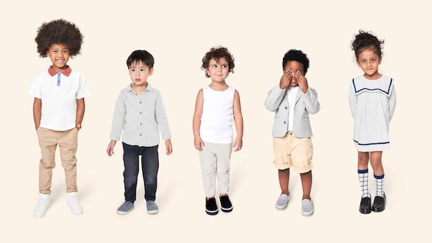 캐주얼 복장을 한 미취학 아동 무료 사진