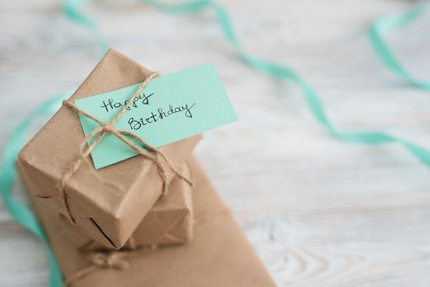 テーブルの上の紙に包まれたプレゼントボックス 無料写真