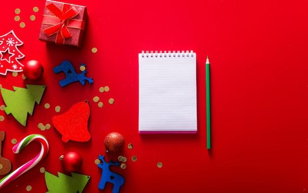 Подарочные коробки ручной работы елочная игрушка и блокнот с ручкой Premium Фотографии