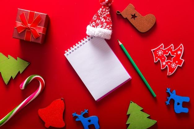 Подарочные коробки, елочная игрушка ручной работы и блокнот Premium Фотографии