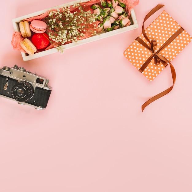 Present and photo camera near dessert Free Photo
