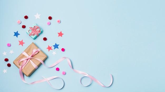 Подарок со звездами и помпонами Premium Фотографии