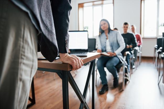 La presentazione è pronta. gruppo di persone alla conferenza di lavoro in aula moderna durante il giorno Foto Gratuite