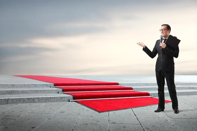 Presenter with a red carpet Premium Photo